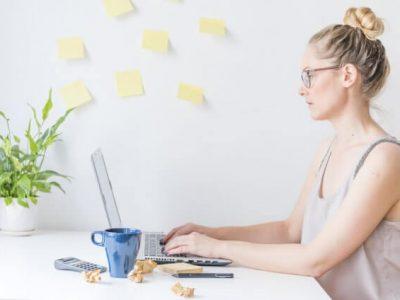 mulher trabalhando em home office
